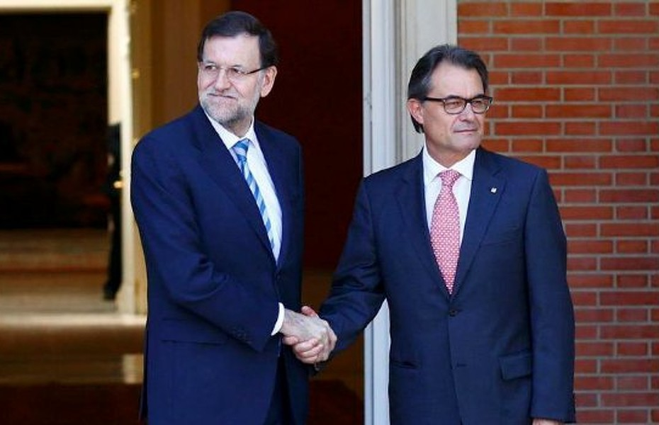 Spanish Prime Minister Mariano Rajoy (L) greets Catalan President Artur Mas at the Moncloa Palace in Madrid, July 30, 2014. The two leaders met for the first time in more than a year to discuss a deadlock over a non-binding referendum on Catalonia's status within - or beyond - Spain. Catalonia has clashed with Madrid for scheduling a non-binding referendum on nationhood for November 9, raising hackles across the country.     REUTERS/Paul Hanna (SPAIN  - Tags: POLITICS)